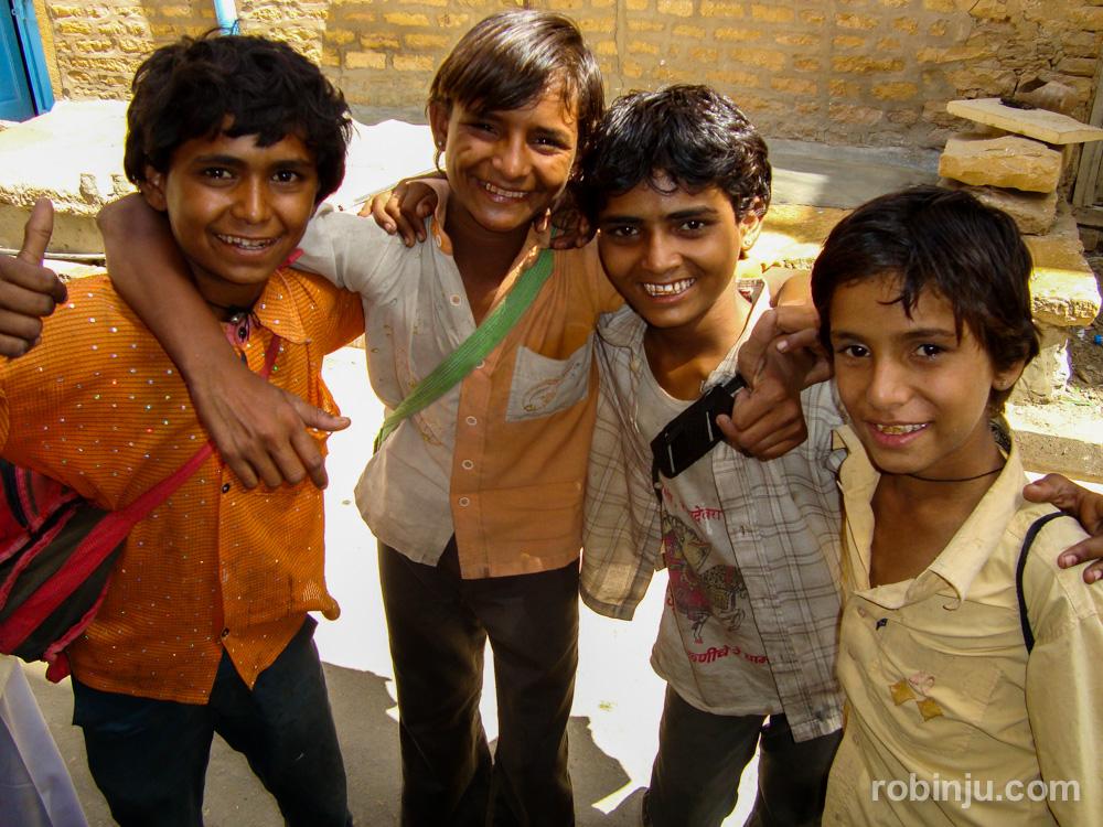 Niños indios con carteras en Jaisalmer
