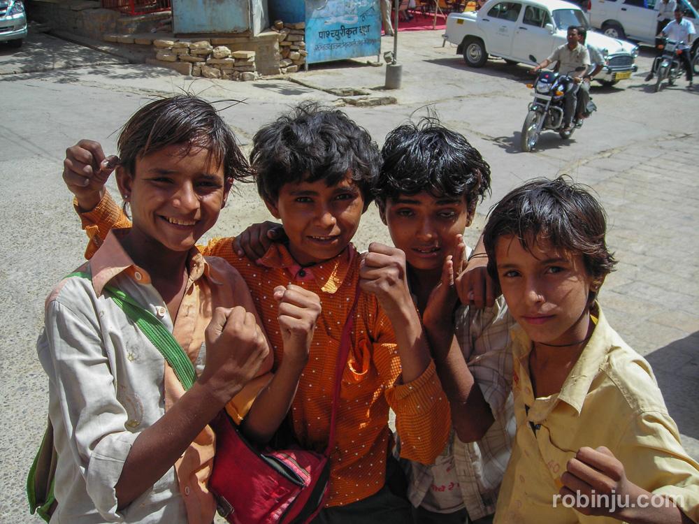 Niños indioscon carteras en Jaisalmer