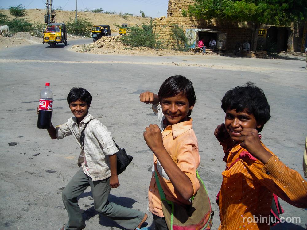 Niños con carteras en Jaisalmer