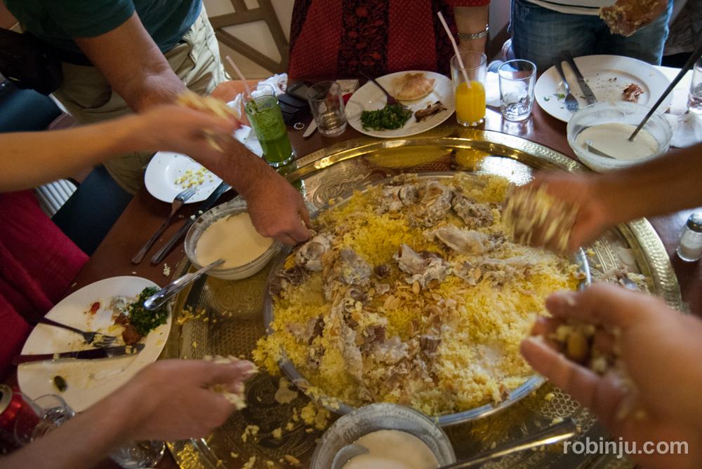 El arte de comer Mansaf, plato nacional de Jordania