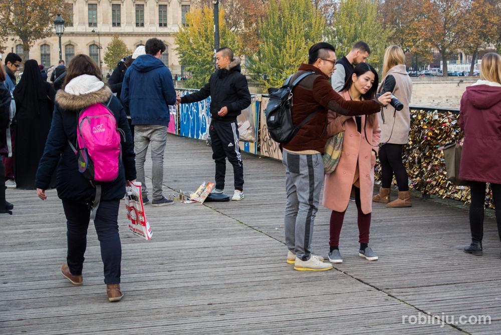 Candados en el pont des arts de Paris (puente de las artes)